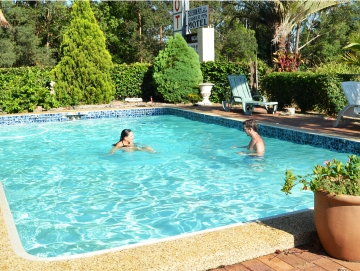 Glasshouse Mountains Motel with Swimming Pool